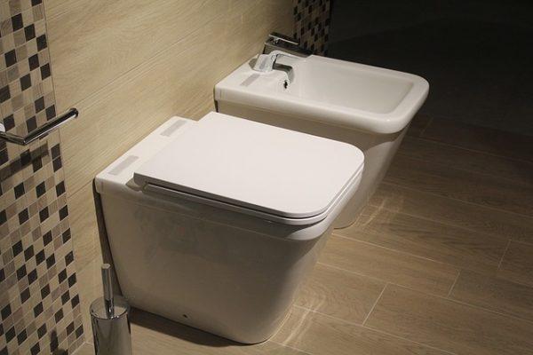 monta il wc quando rinnovi un bagno